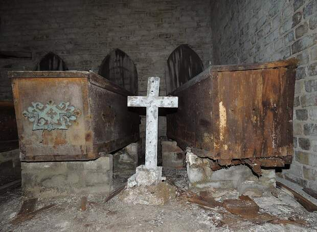 Жуткие снимки гробов в катакомбах под западным Норвудским кладбищем