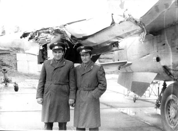 Василий Тимченко, посадивший аварийный МиГ-25 и Геннадий Кожевников, чей самолет разбился. Весна 1981 года.