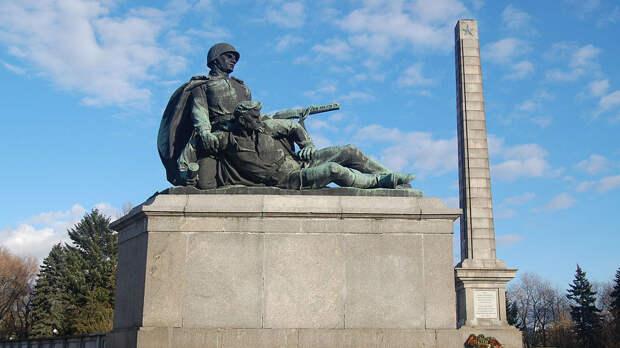 Историк рассказал, как Россия могла предотвратить снос советских памятников в Польше