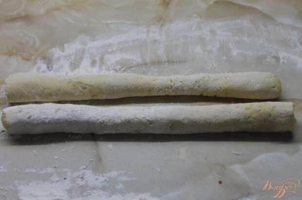 Фото приготовление рецепта: Картофельные ньокки с салом и луком шаг №4