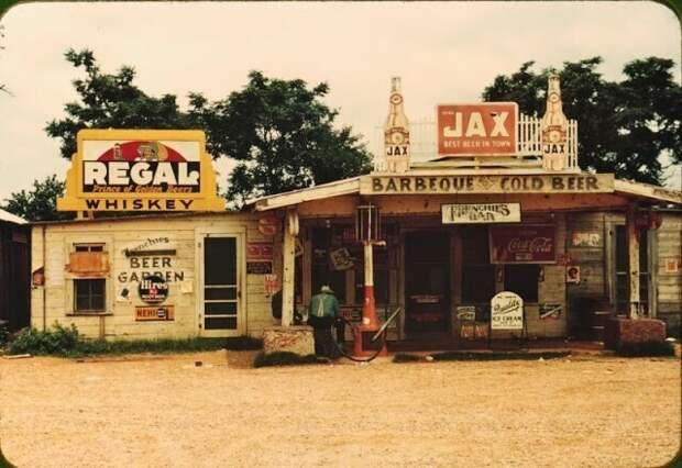 Магазин на перекрестке дорог, бар, музыкальный автомат и заправочная станция в районе хлопковой плантации, Мелроуз, Луизиана, июнь 1940 года