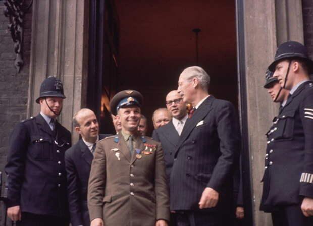 Майор Юрий Гагарин на приёме, устроенном в его честь в военно-воздушном министерстве Великобритании. 13 июля 1961 года.