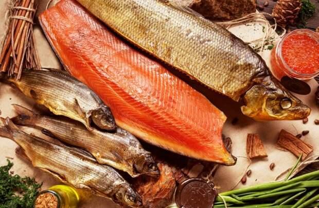 Перед копчением рыбу можно обтереть шафраном, эстрагоном, горчицей или паприкой / Фото: eda-land.ru