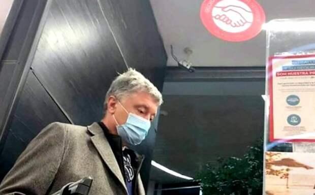 Боец ВСУ пристал к Порошенко в самолете и задал ему неудобные вопросы