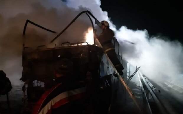 В Кирове в центре города сгорел дотла троллейбус № 14