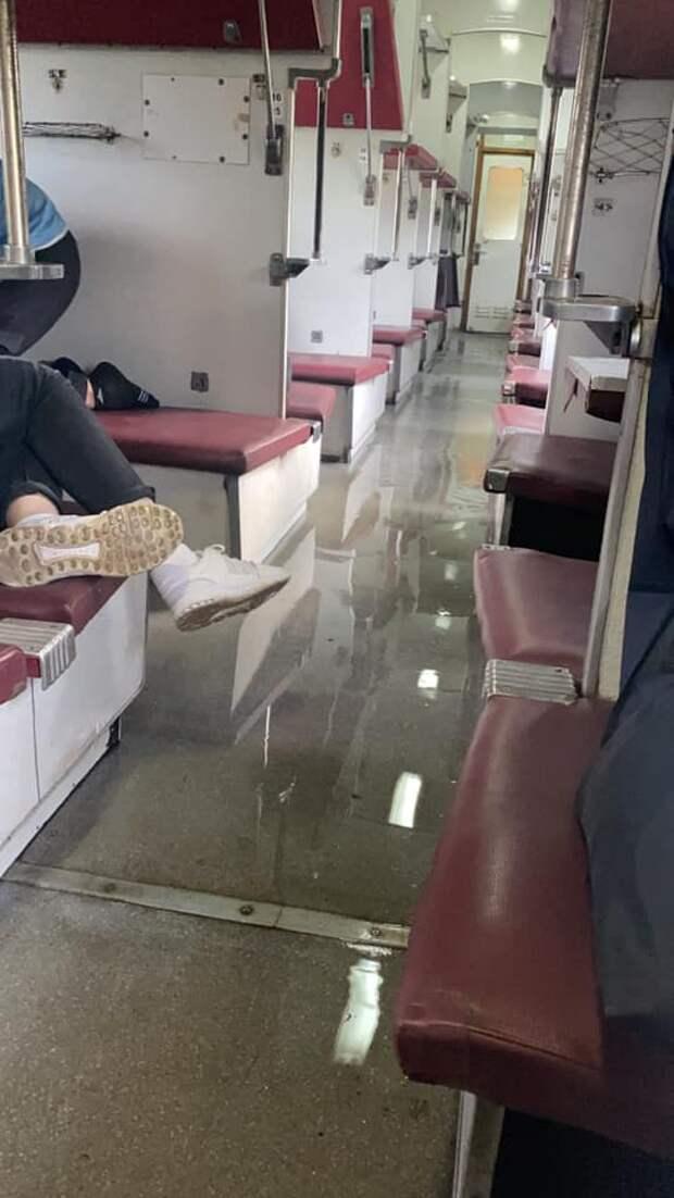Потоп в вагоне: в поезде «Укразилизныци» лопнула прогнившая труба