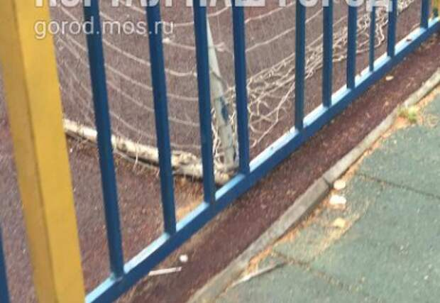 На Дубравной футболисты пробили мячом даже металлическую сетку