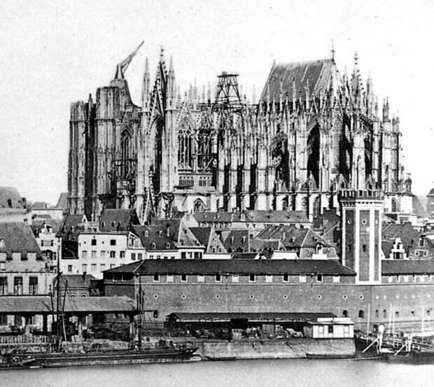 Незаконченный Кельнский собор в 1856 году, в том числе огромный средневековый журавль, который возвышался над южной башней с момента прекращения строительства в 1400-х годах. история, ретро, фото