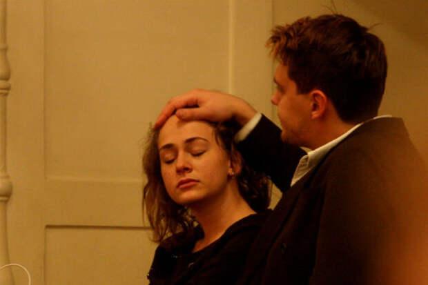 Милош Бикович трогательно гладит по голове возлюбленную