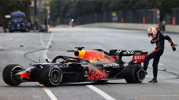 Ферстаппен разбил болид на Гран-при Азербайджана. Он лидировал в гонке за 4 круга до финиша