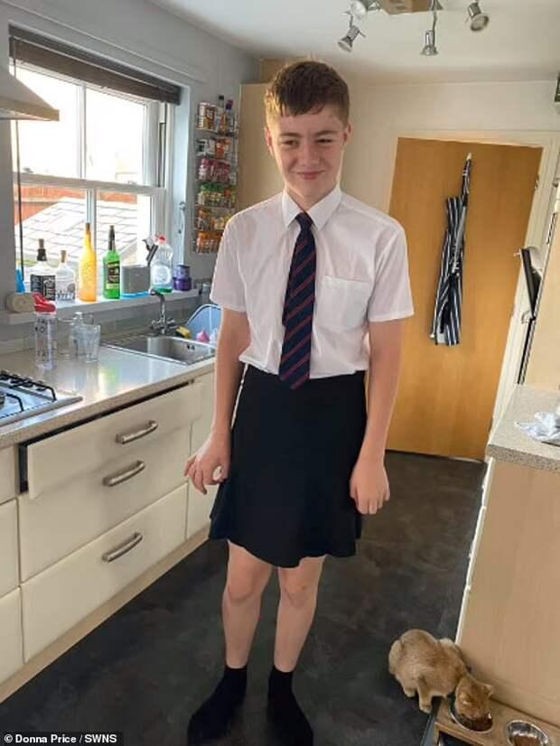 Школьники, которым в жару запретили носить шорты, надели юбки