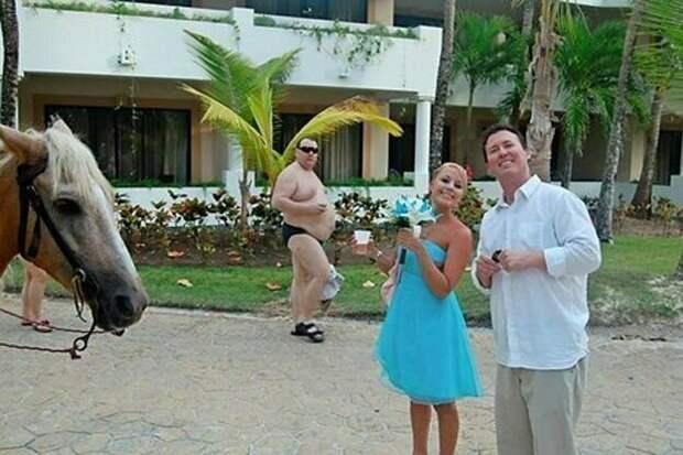 Интересно, из какой страны этот турист, что идет на фоне? друзья, прикол, случайность, смех да и только, фото, фотобомба, юмор