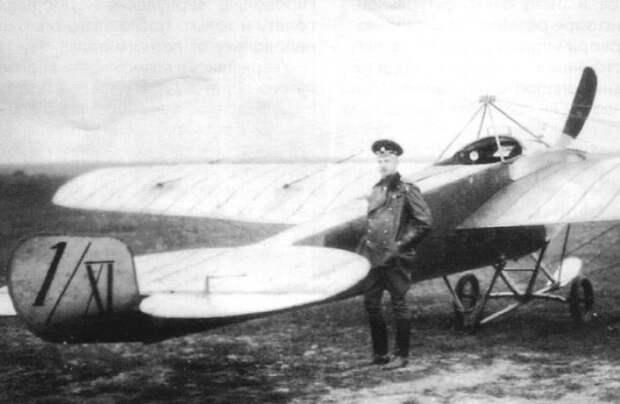 Штабс-капитан П.Н. Нестеров возле своего самолета *Ньюпор IV*   Фото: topwar.ru