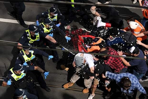 Более 260 участников митингов против локдауна задержали в Австралии