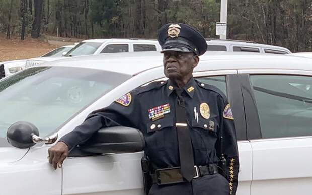 «Не пойду на пенсию»: 91-летний офицер стал самым старым полицейским в США