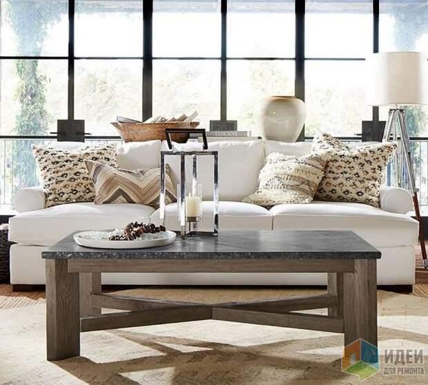Сочетание светильников, аксессуаров и декоративных подушек делает особенным даже самых простой диван, Pottery Barn