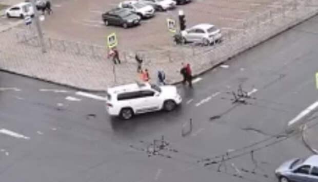 Внедорожник едва не сбил пешеходов в центре Петрозаводска