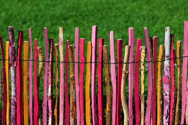 Симпатичный разноцветный забор из деревянных палок.