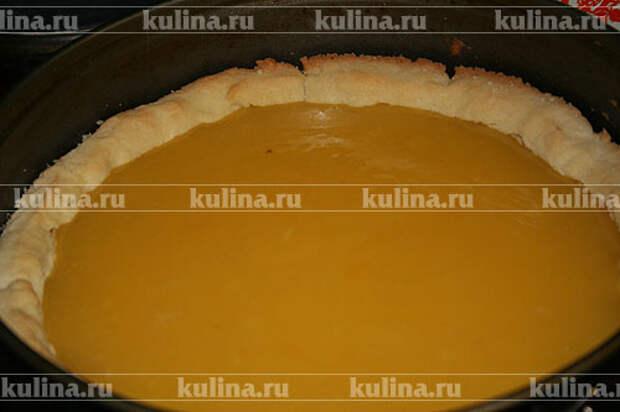 Остывший корж наполнить лимонной начинкой. Сделать белковый крем из белков и сахарной пудры.