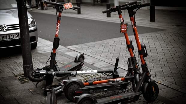Любителей езды на электросамокатах могут заставить надевать шлем