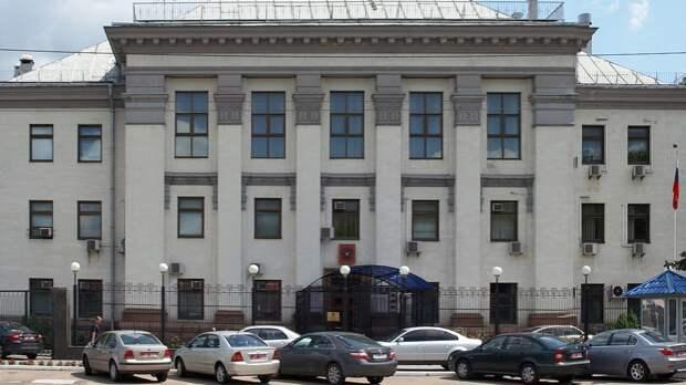 Десятки человек вышли к посольству России в Киеве в знак поддержки Израиля