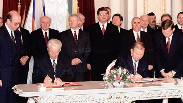 Президент РФ Б. Ельцин и Президент Украины Л. Кучма во время подписания Договора о дружбе, сотрудничестве и партнерстве между Россией и Украиной