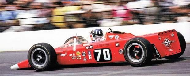 В составе Lotus на 'Инди-500' 1968 года был и Грэм Хилл не по наслышке знакомый с газотурбинными автомобилями. Но по ходу гонки англичанин попал в аварию и до финиша не добрался авто, автоспорт, газотурбинный двигатель, гтд, двигатель, мотор, технологии, турбина