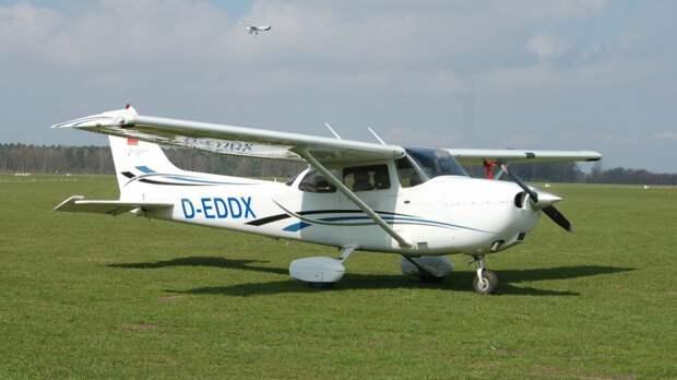 В Канаде дрон столкнулся с учебным самолетом, на борту которого находился курсант и инструктор
