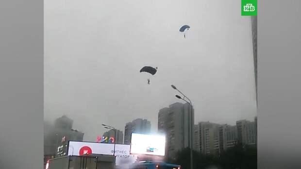 Суд арестовал на 11 суток двоих парашютистов, приземлившимися на трассу в Москве