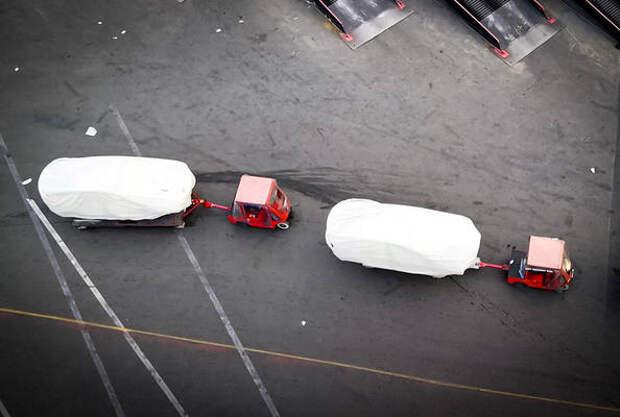 Дрон заснял загадочные модели на заводе Tesla