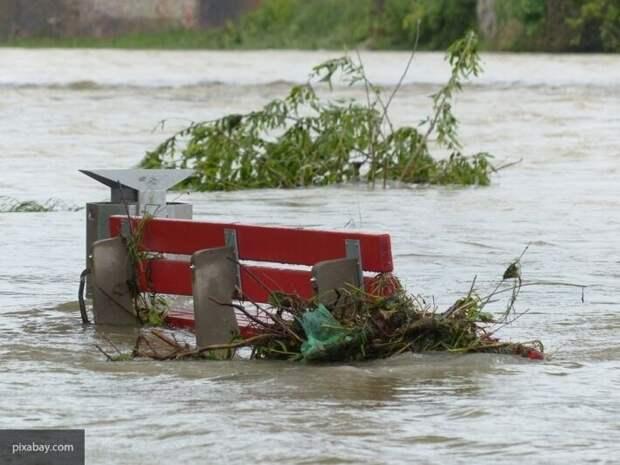 Наводнение на Украине: Азаров назвал причину затопления Закарпатья