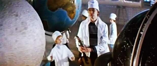 Дебют Антона Наркевича в музыкальном фильме «Усатый нянь». Он сыграл мальчика в космической лаборатории. Кадр из фильма