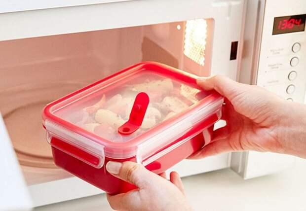 Предварительно убедитесь, что пластиковый контейнер можно разогревать в микроволновке / Фото: vinand.ru