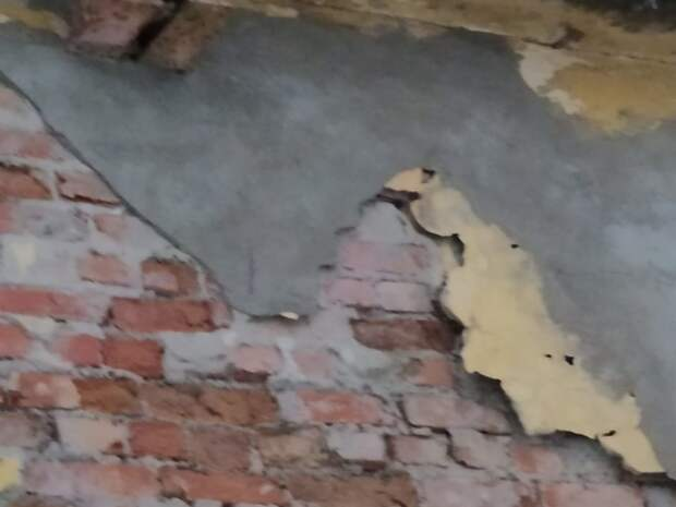 В центре Петербурга на голову женщине упала лепнина