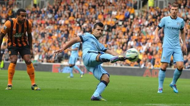 Серхио Агуэро («Манчестер Сити») забивает первый мяч в ворота «Халл Сити»