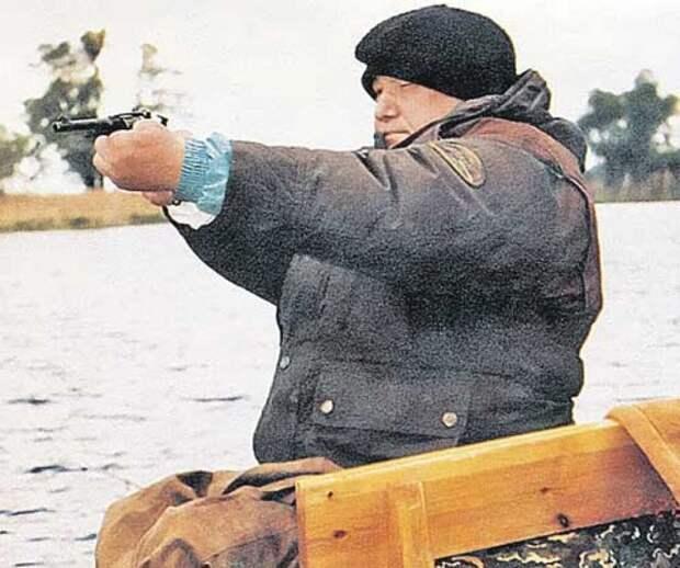 Борис Ельцин очень любил как охоту, так и стрельбу вообще. На одной из фотографий, сделанной начальником его охраны Александром Коржаковым, он целится куда-то из револьвера наган 90-е, подборка, фото