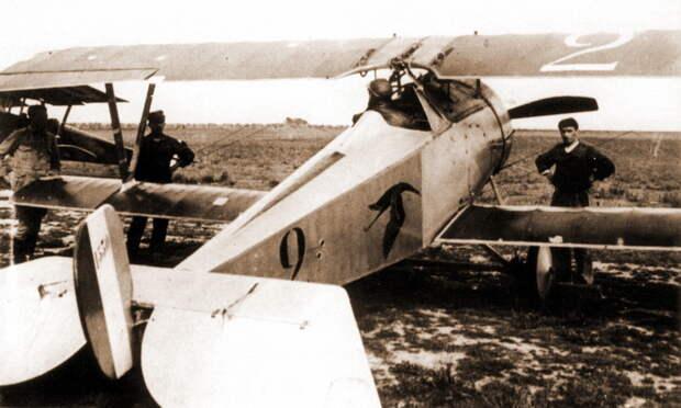 Август 1916 года, Гинемер готовится к вылету на N1530. Главным отличием этого «Шарля» от предыдущего были камуфлированные крылья, но и мелких различий тоже хватало: другая конструкция капота, иные очертания тактического номера и перенос вымпела с именем с левой стойки на правую - Самый известный «Аист» | Warspot.ru
