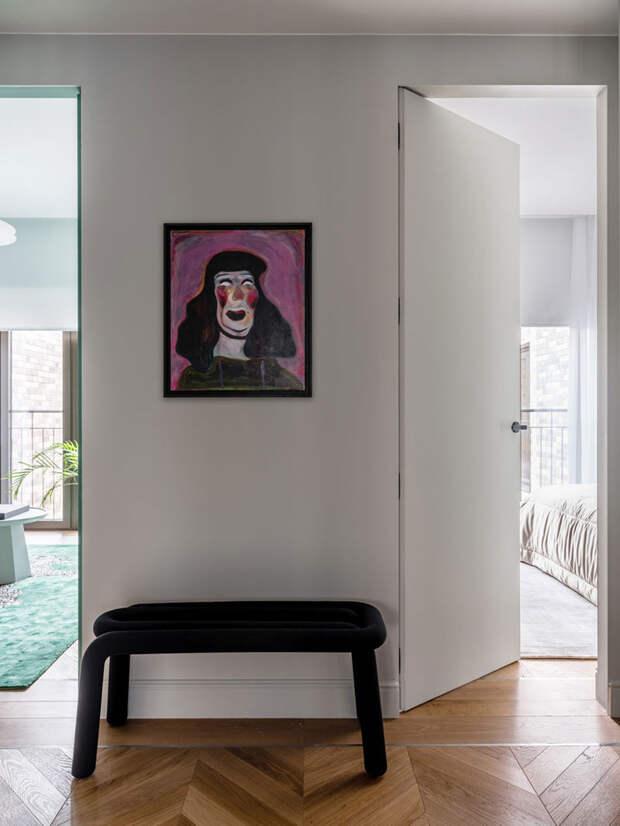 Мужской интерьер коллекционера картин в Москве