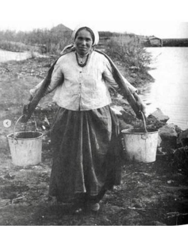 32-летняя крестьянка с коромыслом.