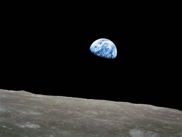 Луна — холодный безвоздушный каменный шар, в 50 раз меньше, чем Земля — наш самый большой и самый близкий небесный друг.   земля, космос, красота