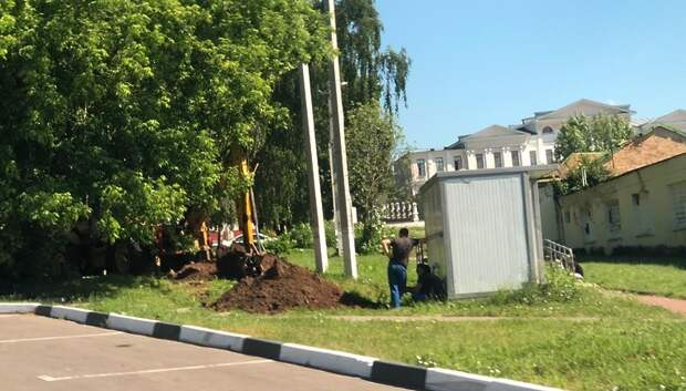 Рабочие начали подключать коммуникации к общественному туалету в поселке Подольска