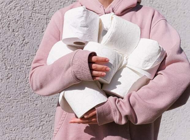 рулоны туалетной бумаги в руках