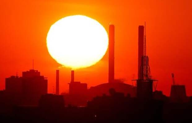 The sun rises behind chimneys of a heating power plant in Moscow, Russia May 30, 2018. REUTERS/Maxim Shemetov