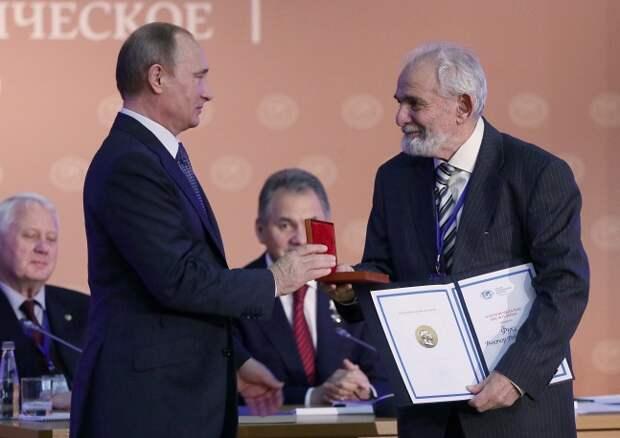Президент Владимир Путин вручает золотую медаль имени Литке Русского географического общества гидрологу Виктору Фуксу