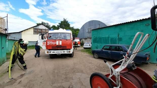 Сотрудники МЧС на месте пожара в гаражах на ул. Маршала Прошлякова.