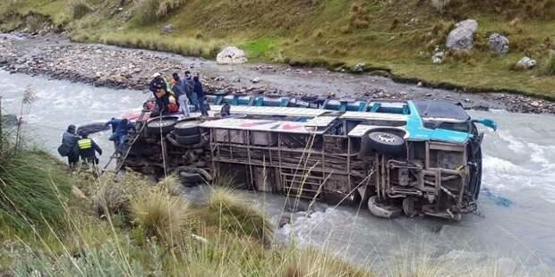 В Сальвадоре погибли 11 человек при падении в ущелье