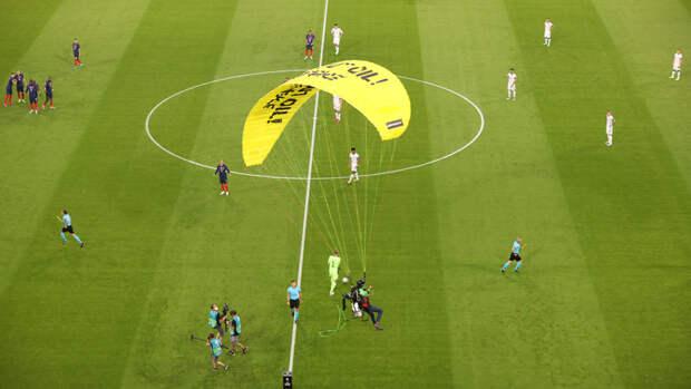 Парашютист чуть неврезался втрибуны перед началом матча Франция— Германия