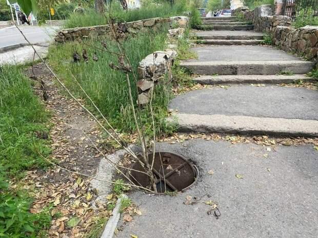 Жители Читы привлекают внимание в открытому канализационному люку