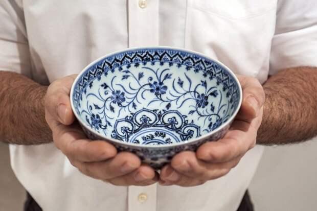 Мужчина купил старую пиалу на дворовой распродаже, а посуда оказалась китайским артефактом XV века
