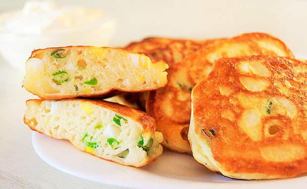Превращаем оладьи на кефире в настоящие пирожки с начинкой. Внутрь положили зеленый лук и яйца